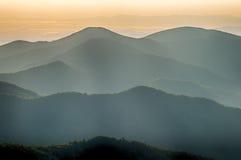 De enkla lagren av Smokiesen på solnedgången - Nat rökigt berg Arkivbild
