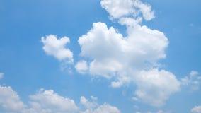 De enorme duidelijke blauwe hemel en de mooie wolken op goed weer in de ochtend royalty-vrije stock fotografie