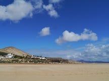 De enorme zandige stranden van Fuerteventura at low tide royalty-vrije stock afbeelding