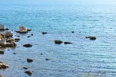 De ensamma väggarna som omges av det blåa havet Royaltyfria Foton