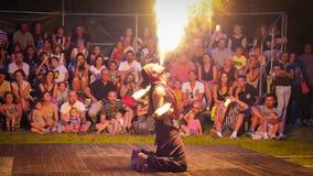 De entertainer van de brandkunstenaar ademt brandende vlam stock afbeeldingen