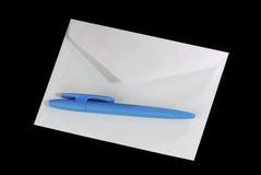 De envelop en biro van de brief stock fotografie