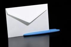 De envelop en biro van de brief royalty-vrije stock foto's