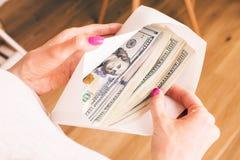 De envelop van de vrouwenholding met contant geld Stock Afbeelding