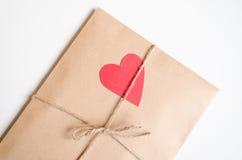 De envelop van kraftpapier met rood hart Royalty-vrije Stock Afbeelding