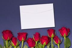 De envelopachtergrond van de valentijnskaartendag, naadloze blauwe achtergrond met rode rozen, de vrije ruimte van de exemplaarte stock afbeelding