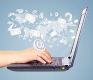 De enveloppen en de brieven worden uitgezonden van open laptop Stock Foto