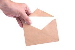 De enveloppen van de handholding met brieven op witte isol als achtergrond Stock Afbeeldingen