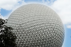 De Epcot-golfbal met een mooie blauwe hemel Royalty-vrije Stock Foto