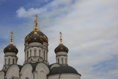 De Epiphany-Kathedraal Gorlovka de Oekraïne Koepels op de blauwe hemelachtergrond Royalty-vrije Stock Afbeeldingen