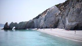 De epische rots van het Lalariastrand met schoon strand en verbazend schoon zeewater stock videobeelden