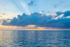 De epische zonnestraal en de kleurrijke hemel als zonnen veroorzaken de kust van tropisch Caraïbisch eiland stock foto's