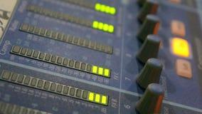 De equaliser van de geluidsniveaumeter in een studio stock footage