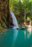 De Erawanwaterval bepaalt van in diep bos van Kanchanaburi-Natiepark de plaats, Thailand Royalty-vrije Stock Foto