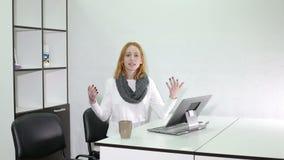 De ernstige jonge vrouw houdt een seminarie op het kantoor stock footage