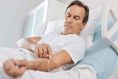 De ernstige mens van Nice wat betreft de IV catheter stock foto