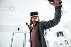 De ernstige mensenzitting thuis speelt binnen spelen Royalty-vrije Stock Foto