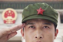 De ernstige Militair Saluting, sluit omhoog, de Sterren van China op Achtergrond stock afbeelding