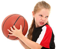 De ernstige Speler die van het Basketbal van het Kind van het Meisje Bal werpt royalty-vrije stock foto's