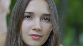 De ernstige vrouw die van het close-upportret in camera, langzame crisis vrouwelijke problemen kijken stock video