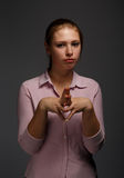 De ernstige vrouw in roze chemise stock foto's