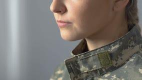 De ernstige vrouwelijke sergeant zucht close-up, legerplicht, militair beroep, carrière stock footage