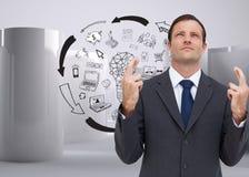 De ernstige zakenman met gekruiste vingers kijkt omhoog Stock Foto