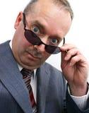 De ernstige Zakenman neemt weg Zonnebril Royalty-vrije Stock Foto's