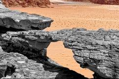 De erosie vormde steenbrug, zwart-wit met gekleurde achtergrond en abstract effect, in het natuurreservaat van Wadi is vervreemd  Royalty-vrije Stock Afbeelding