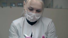 De ervaren arbeider van de schoonheidssalon kleurt wenkbrauw in zwarte stock videobeelden