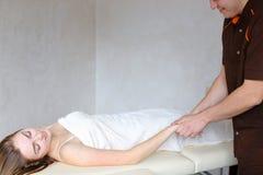 De ervaren kerelarts past manueel handmassagemethode toe royalty-vrije stock afbeelding