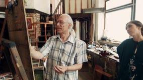 De ervaren kunstenaars trekt in workshop op canvas stock video