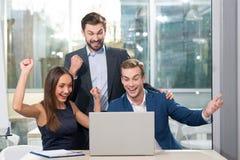 De ervaren partners maakten een reusachtige overeenkomst Stock Foto's