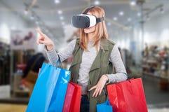 De ervaring van de vrouwenklant het virtuele winkelen Stock Foto