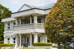 De esdoornboom voor het Gebouw van de Oever van het meerobservatie Het Park van Onshihakone werd gebruikt als tweede woning voor  royalty-vrije stock afbeeldingen