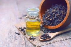 De essentiële olie van de aromakruidnagel in een glasfles stock fotografie