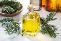 De essentiële olie van de spar Sparolie op glasfles met druppelbuisje stock fotografie