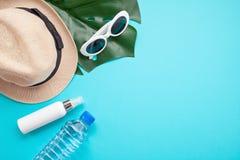 De essentiële toebehoren voor de zomer verwarmen: zonnebril, hoed, zonnescherm, fles water Vlak leg, hoogste mening stock foto's