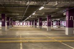 De estacionamento da garagem interior no subsolo Imagens de Stock