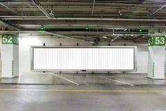 De estacionamento da garagem interior no subsolo com quadro de avisos vazio Interior vazio do parque de estacionamento do espaço  Foto de Stock Royalty Free