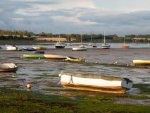 De estuariumscène in manningtree met vastgelegd botengetijde betrekt land stock afbeeldingen