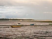 De estuariumscène in manningtree met vastgelegd botengetijde betrekt land stock foto's