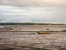 De estuariumscène in manningtree met vastgelegd botengetijde betrekt land stock afbeelding