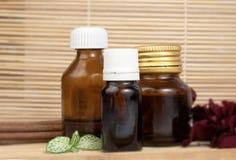 De etherische oliën namen bloemblaadjes en aromastokken voor kuuroord toe Royalty-vrije Stock Fotografie