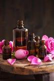 De etherische olie en nam parfumerie van het bloemen de aromatherapy kuuroord toe stock foto