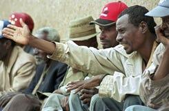 De Ethiopische oudere mens bespreekt hevig op vergadering stock fotografie