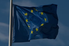 De EU-vlag die in de wind drijven Royalty-vrije Stock Foto's