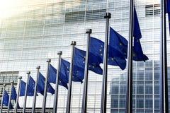 De EU-vlaggen voor de Europese Commissie in Brussel Stock Foto's