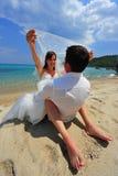 De euforie van wittebroodsweken - bruid en bruidegom Stock Foto's