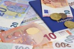 De de euro bankbiljetten en muntstukken van visumschengen stock afbeeldingen
